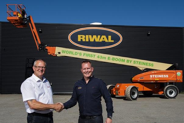 Riwal levert eerste 43 meter 100% elektrische telescoophoogwerker